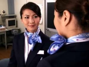 勝ち気な新人CAを指導するベテラン熟女CA!エロ奉仕3PSEX!