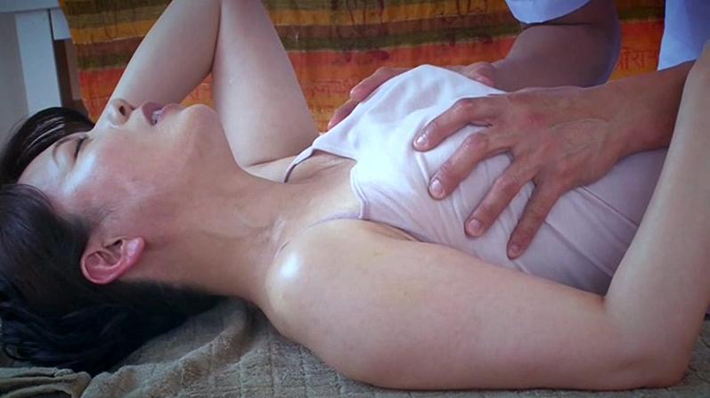 「やめないで!」マッサーシされるたび体がピクピクレスポンスし整体師に弄ばれる人妻