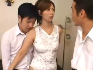 息子を庇う美魔女な人妻に襲い掛かり犯す3人の同級生たち