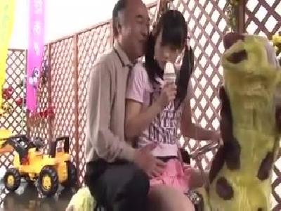 清楚な娘に膝に座られ興奮した鬼畜親父が母親の見えないところで生中出し近親○姦