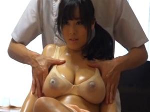 出張マッサージ師に寝取られる巨乳人妻!濡れ透け乳エロス!