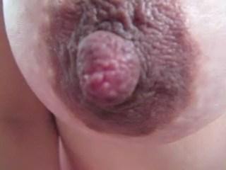 爆乳人妻の黒乳首をどアップ撮影wwwwwwwwww