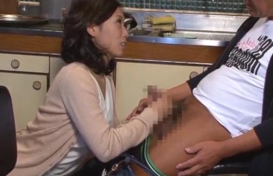 「お義父さんのチ●ポ硬~い」夫が寝ているのに台所でむしゃぶりつき膣内射精される淫乱嫁