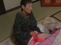 七十路の高齢熟女な婆さんがコタツで蒸れた閉経マンコを着物捲り上げて手マンでオナニー