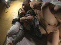 シングルマザーの四十路熟女が生活の為に義兄に抱かれる!夜這いレイプで悶える姿がエロい…