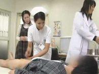 射精障害のチ〇ポ診察!看護婦に優しく手コキされると妻の前で勃起する患者